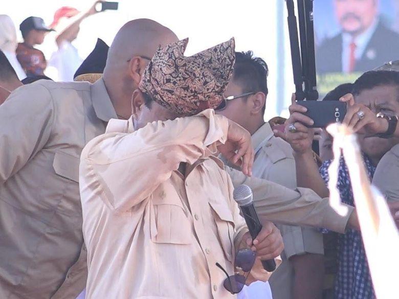 Dapat Sumbangan dari Pendukung di Sumbar, Prabowo Menangis