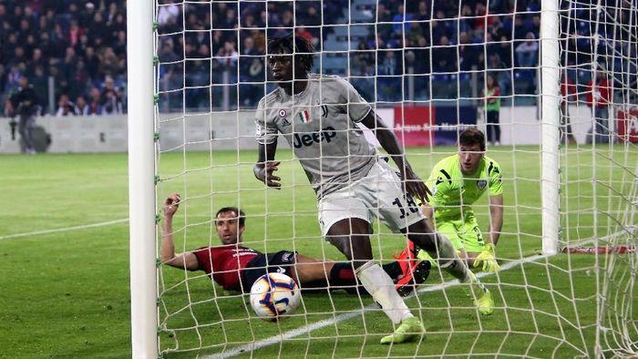 Striker Juventus Moise Kean saat merobek gawan Cagliari. Kritikan Bonucci pada Kean terkait rasialisme dibalas Rahem Sterling. (Foto: Enrico Locci/Getty Images)