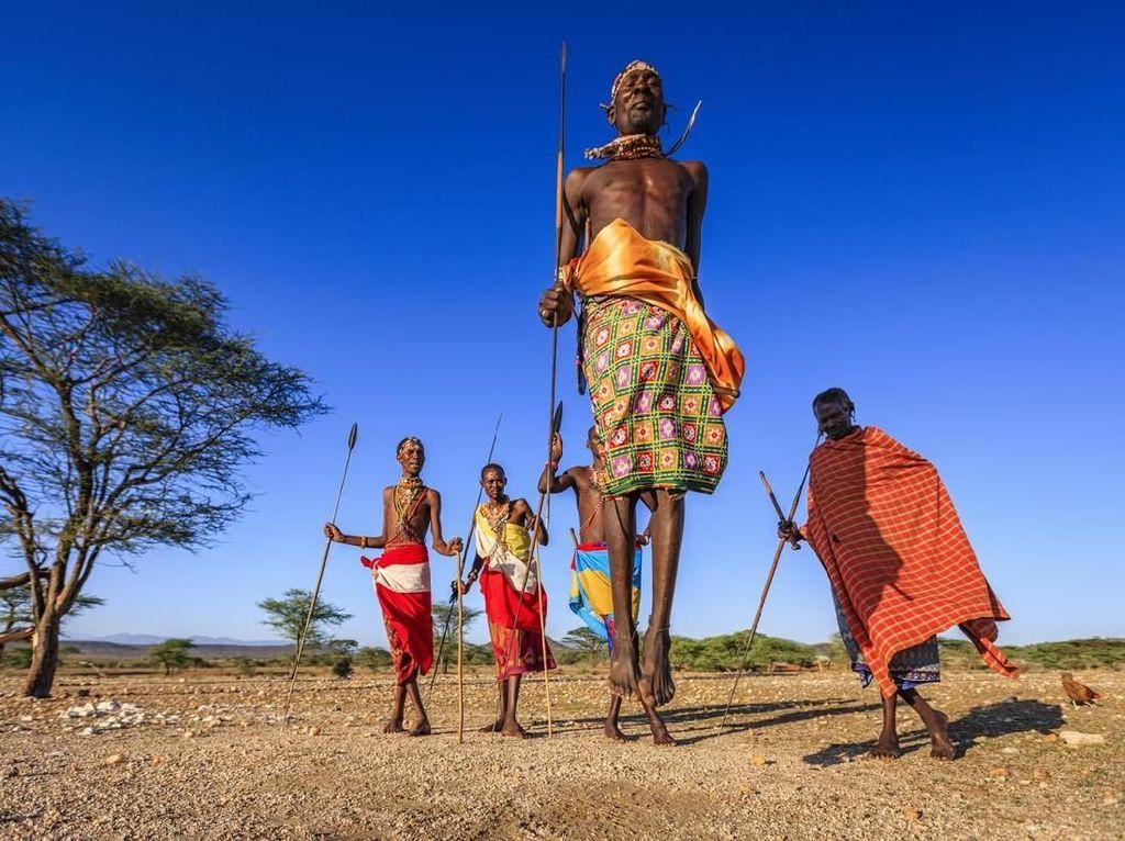 Foto: Suku Terkuat di Afrika, Berburu Singa