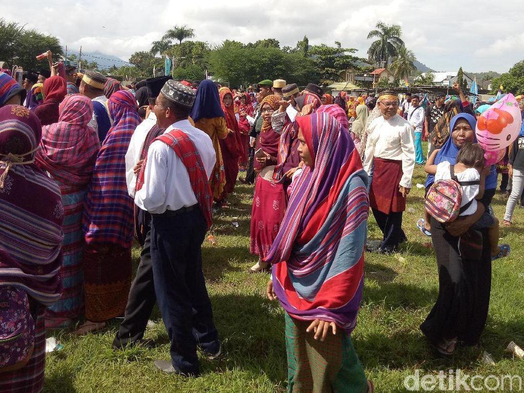 Pawai Budaya NTB dan Tradisi Pakai Sarung di Kepala