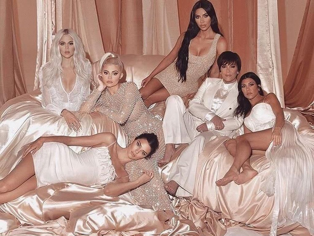 Khloe Kardashian Ungkap Alasan Keluarganya Batalkan Pesta Natal Tahun Ini