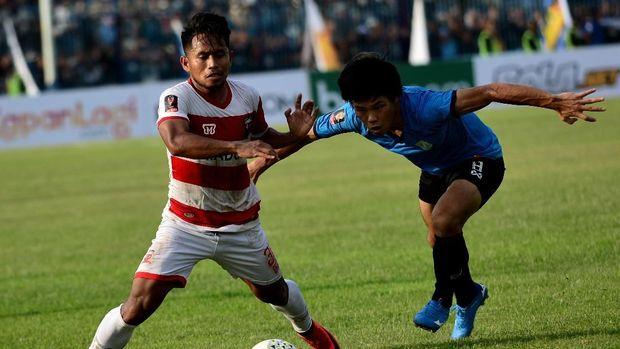 Persela (biru muda) belum meraih kemenangan di Liga 1 2019.
