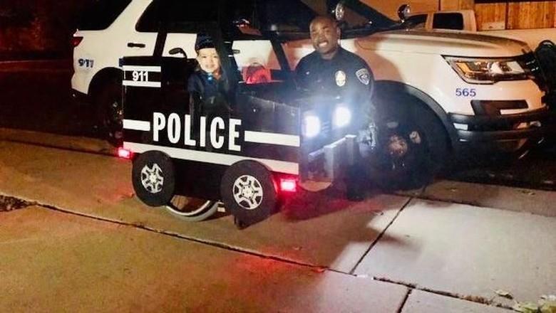 Ayah Modifikasi Kursi Roda Putrinya Jadi Mobil Polisi Mini