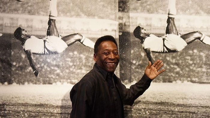 LONDON, ENGLAND - SEPTEMBER 22:  Pele poses in front of Russell Young - Bicycle Kick as he launches Art, Life, Football at Halcyon Gallery on September 22, 2015 in London, England. (Photo by Mary Turner/Getty Images for Halcyon Gallery)