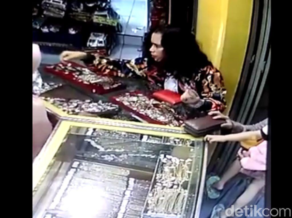 Video: Emak-emak Necis Tepergok Curi Emas di Pasar Ciamis
