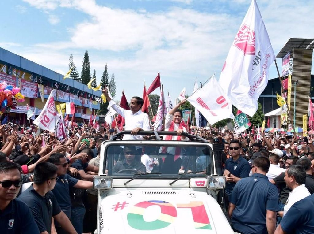 Naik Mobil Terbuka Bersama Iriana, Jokowi Tiba di Kampanye Terbuka Purwokerto