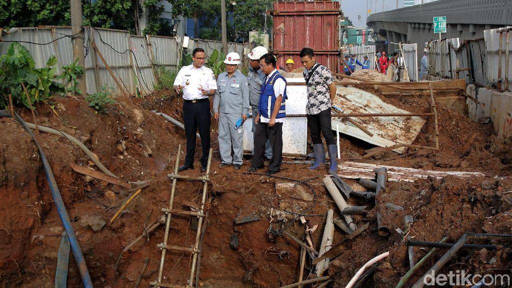 Momen Anies Cek Lokasi Banjir di Cawang
