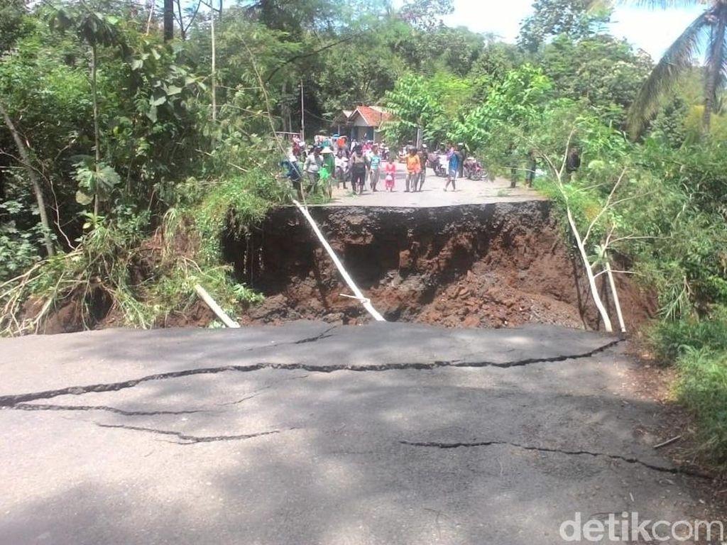 Jembatan Menuju Wisata Tampomas di Banjarnegara Ambruk
