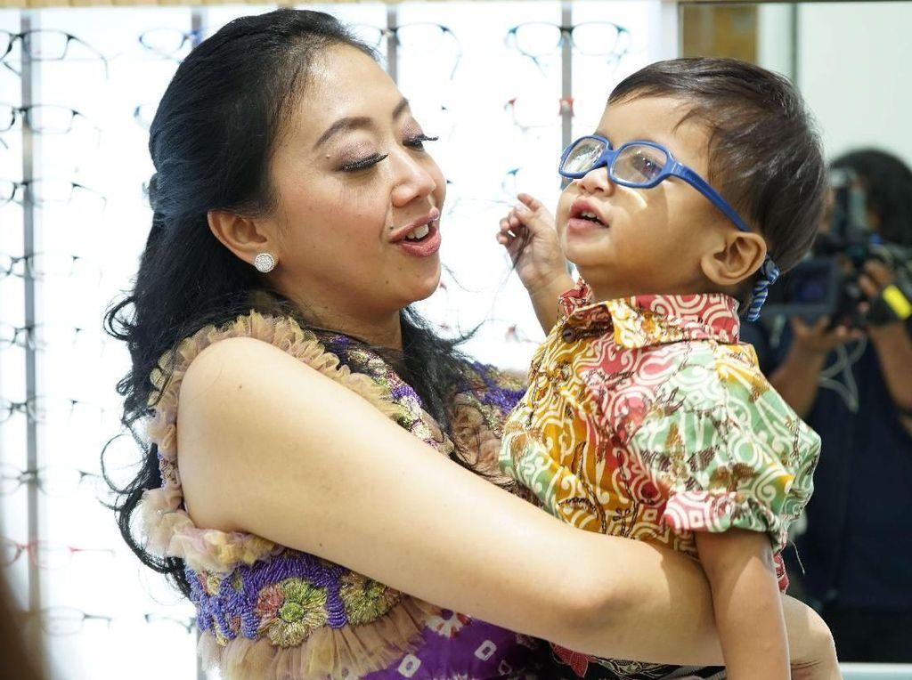 6 Bulan Lagi, Anak Kedua Asri Welas Jalani Operasi Tanam Lensa Mata