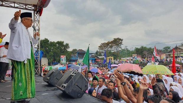 Thoyib 'Ngalap' Berkah Cium Tangan Kiai di Kampanye Ma'ruf