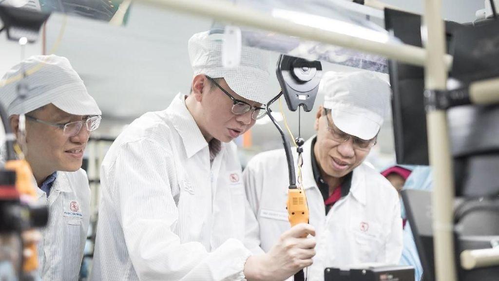 Aksi Bos Xiaomi Sidak Pabrik Ponselnya di Batam