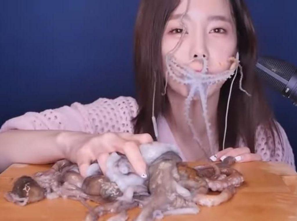 Hii! Wanita Ini Makan Gurita Hidup yang Menggeliat di Wajahnya