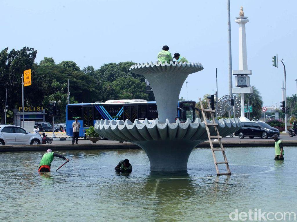 Aksi Bersih-bersih Kolam Air Mancur Patung Kuda