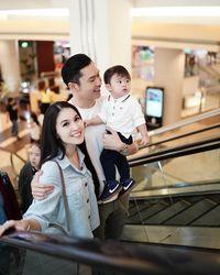 Cara Sandra Dewi Memberi Stimulasi pada Janin di Kandungannya