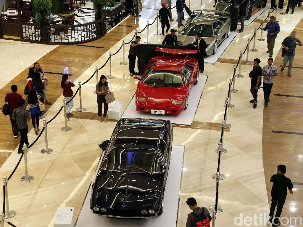 Keren! Lamborghini Klasik Nampang di Mall