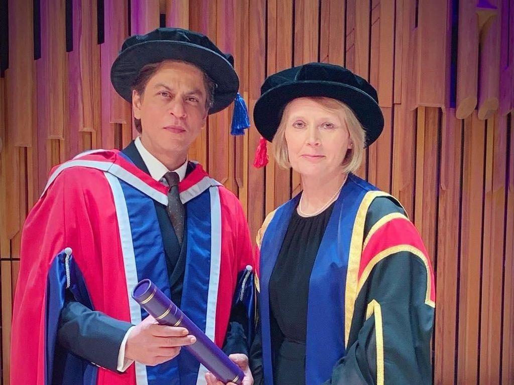 Selamat! Shah Rukh Khan Dapat Gelar Doktor Kehormatan ke-4