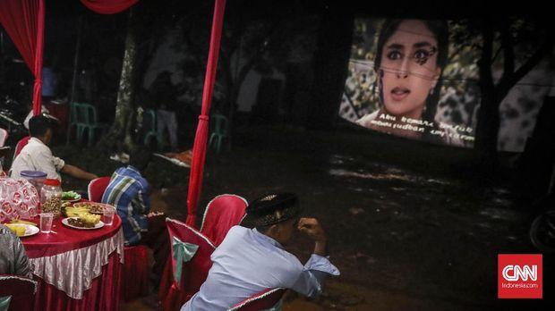 Tak semua daerah di Indonesia memiliki bioskop yang terjangkau dengan masyarakat.