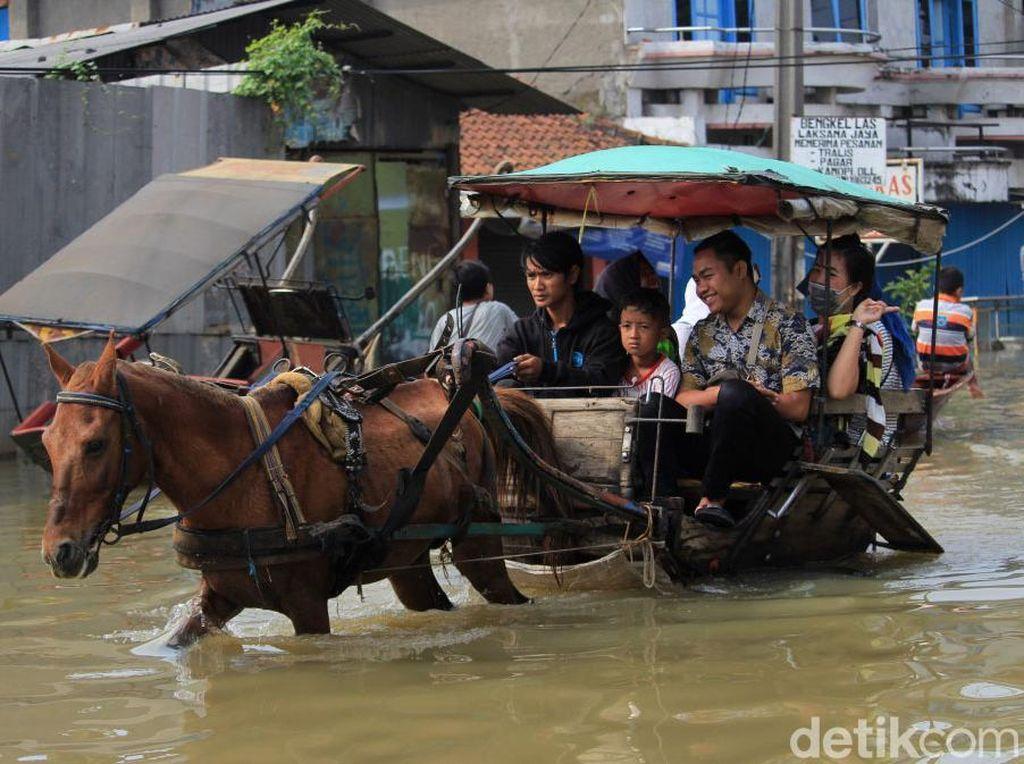 Berkah Para Penarik Delman di Kala Banjir