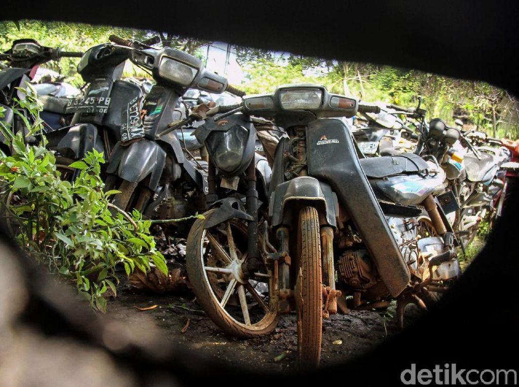 Potret Pemakaman Bangkai Motor Hasil Sitaan Polisi
