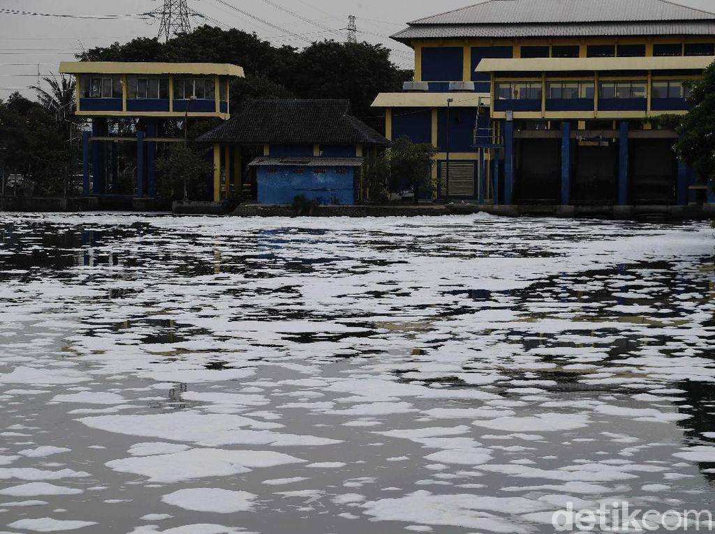 Polisi Imbau Warga Tak Bermain di Kali Ancol yang Tercemar Limbah