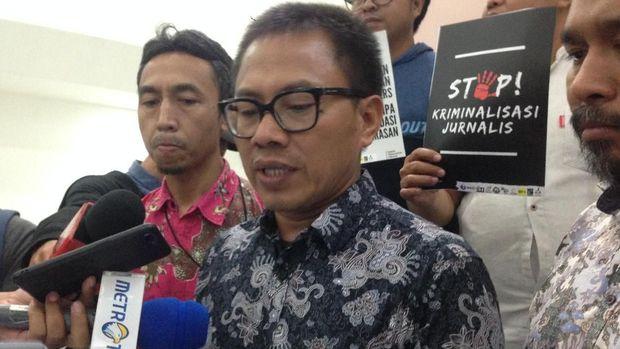Ketua AJI Abdul Manan meminta pemerintah dan DPR mencabut 10 pasal RKUHP yang mengancam kebebasan pers. (CNNIndonesia/Shaskya Thalia)