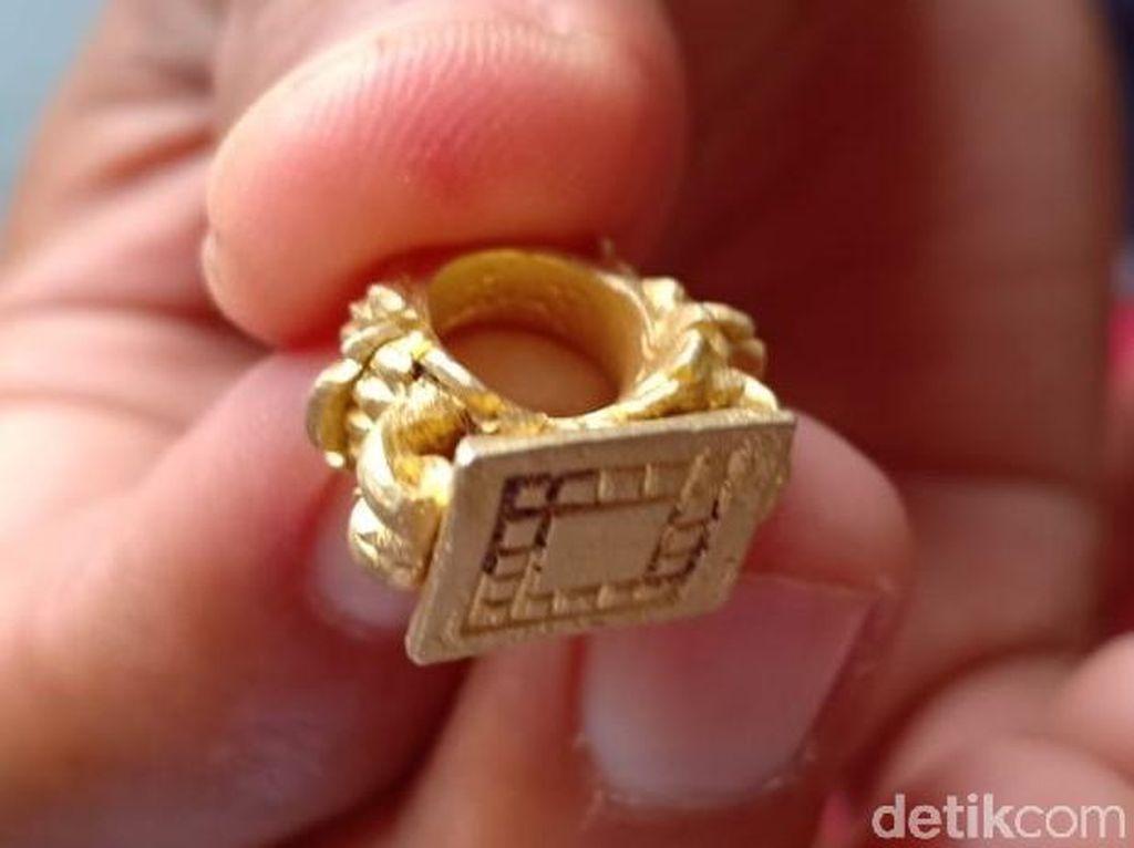 Warga Grobogan Temukan Stempel Emas Kuno Abad 14 M di Sawah