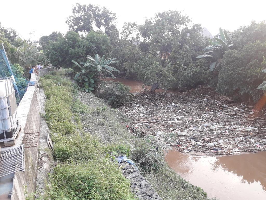 Sungai Cikeas Bekasi Dipenuhi Sampah Batang Bambu
