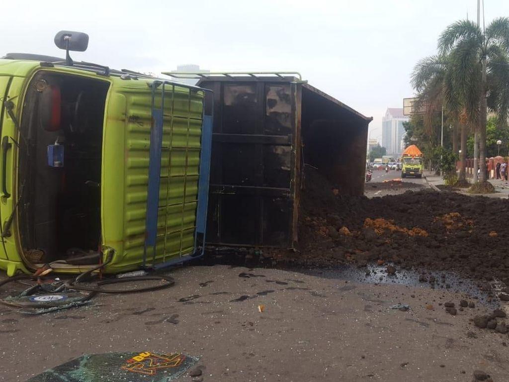 Truk Terguling di Jakarta Barat, Tak Ada Korban Jiwa