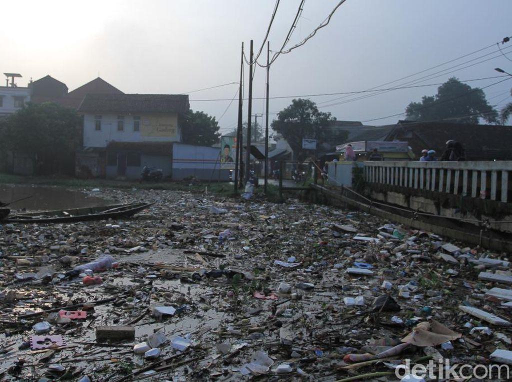 Jorok! Sampah Menumpuk di Bawah Jembatan Sungai Cikeruh Bandung