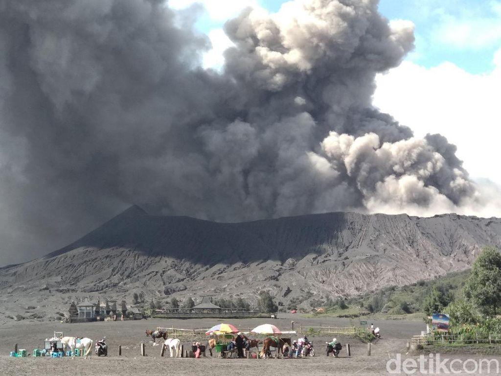 Abu Vulkanik Bromo Mengarah ke Negeri di Atas Awan