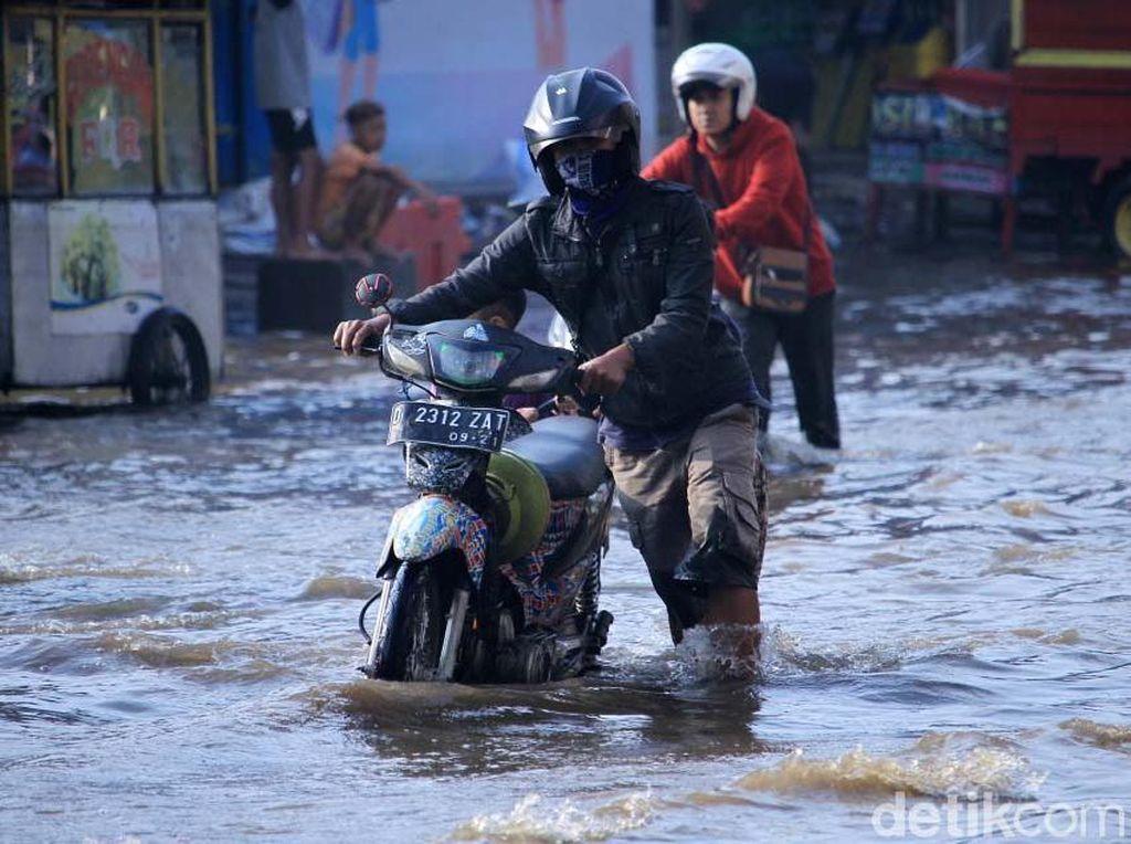 Banjir di Dayeuhkolot Surut, Pemotor Tetap Mogok