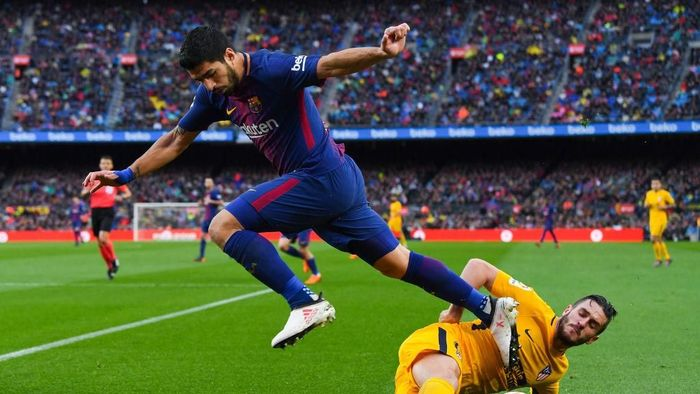 BARCELONA, SPAIN - MARCH 04:  Luis Suarez of FC Barcelona competes for the ball with Koke Resurreccion of Club Atletico de Madrid during the La Liga match between Barcelona and Atletico Madrid at Camp Nou on March 4, 2018 in Barcelona, Spain.  (Photo by David Ramos/Getty Images)