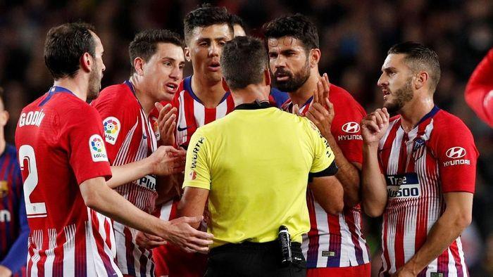 Diego Costa dikartu merah saat Atletico Madrid kalah 0-2 dari Barcelona (Foto: Albert Gea/Reuters)