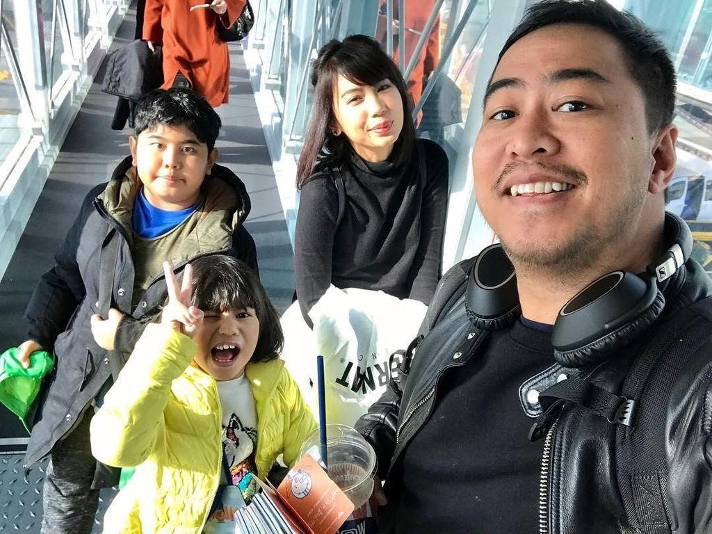 Seru Banget! 8 Potret Pandji Pragiwaksono Bersama Keluarga