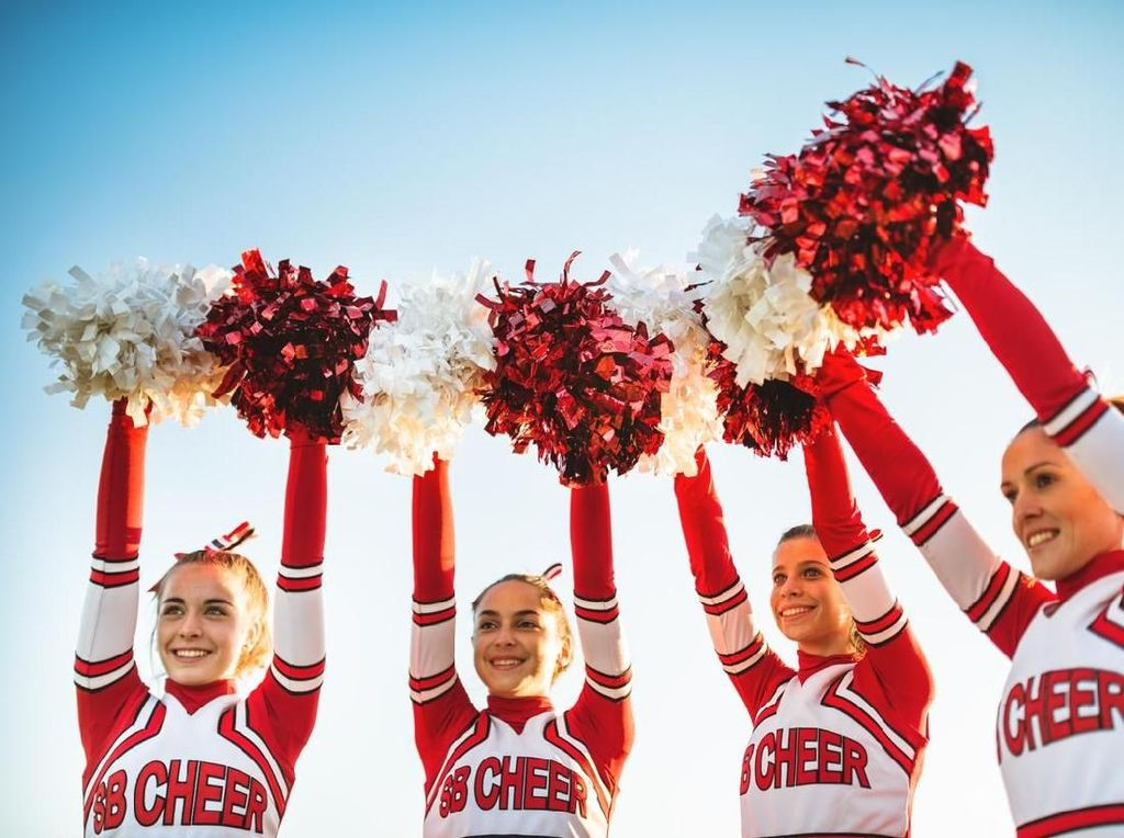 Pesawat Delay, Cheerleaders Beraksi