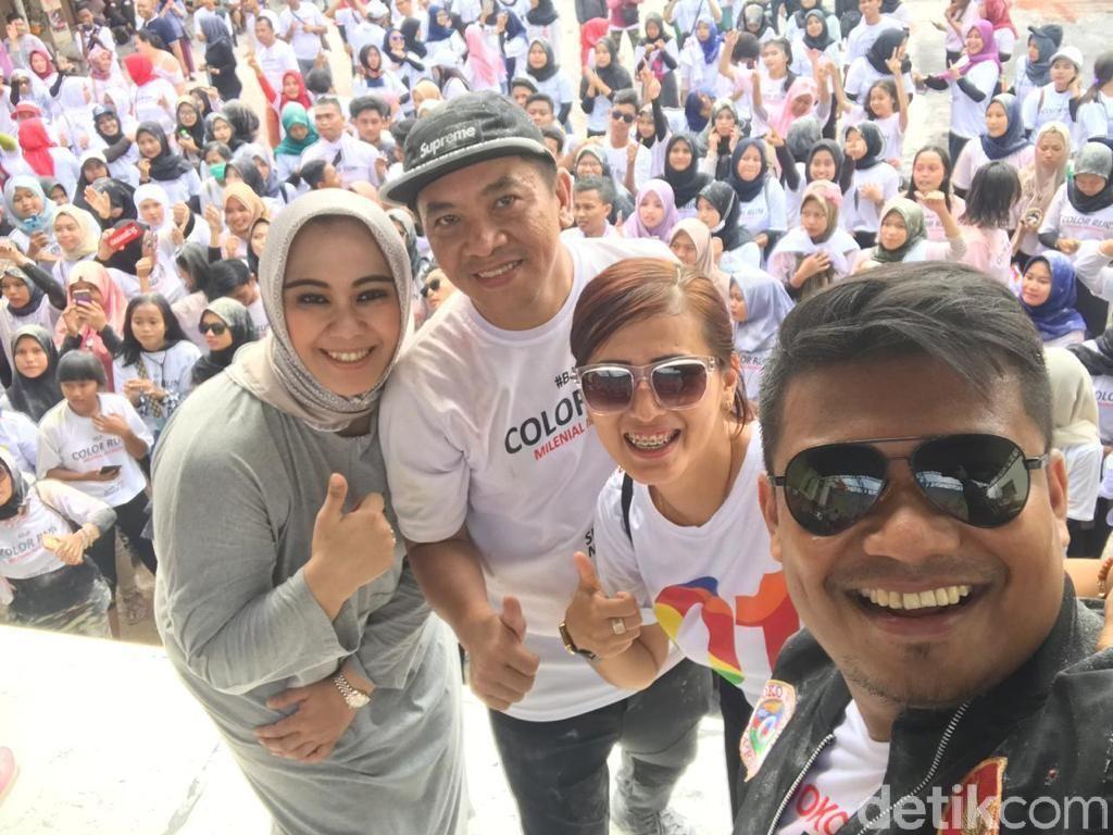 Bupati Karawang Cellica Ikut Acung Jempol dengan Massa Jokowi