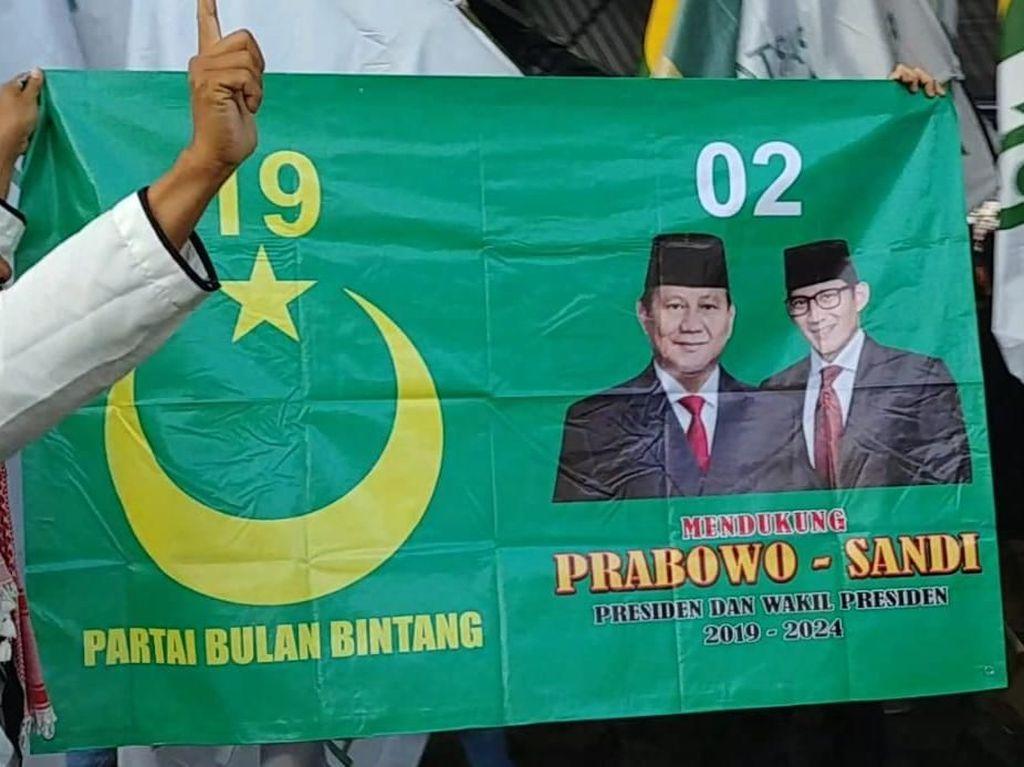 Massa Bawa Bendera PBB ke Kampanye Akbar Prabowo-Sandiaga di GBK