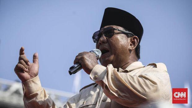 Capres nomor urut 02 Prabowo Subianto melakukan orasi saat kampanye akbar Prabowo-Sandi di Stadion Utama Gelora Bung Karno (SUGBK), Jakarta, 7 April 2019. Kampanye akbar tersebut diawali dengan salat subuh berjamaah. CNN Indonesia/Hesti Rika