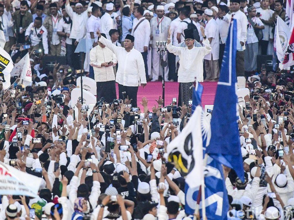 Gaya Kompak Prabowo-Sandiaga Sapa Pendukung di GBK