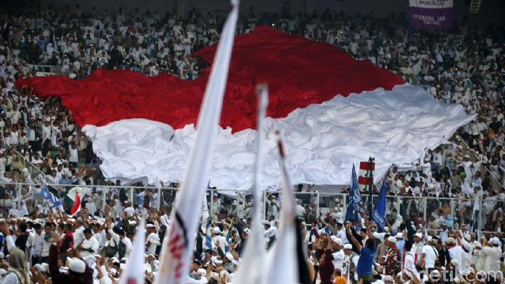 Bendera Merah Putih Raksasa Hiasi Kampanye Akbar Prabowo