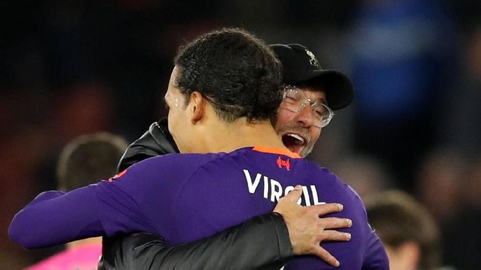 Pemain belakang Liverpool, Virgil van Dijk, dipeluk Juergen Klopp. (Foto: David Klein/Reuters)