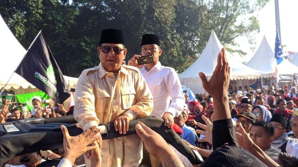 Potret Prabowo Sapa Pendukung di Luar Stadion GBK