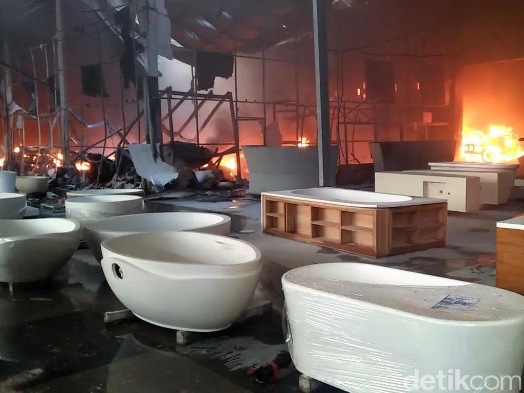 Kebakaran Pabrik Bak Mandi di Pasuruan Padam, Penyebab Belum Diketahui