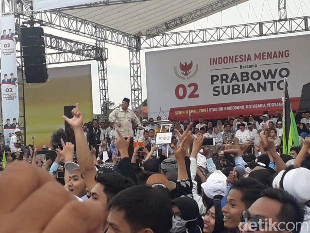 Saat Prabowo Sapa Titiek Soeharto dan Diminta Rujuk oleh Relawan