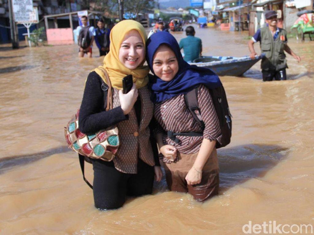 Aksi Neng Geulis Basah-Basahan Terobos Banjir