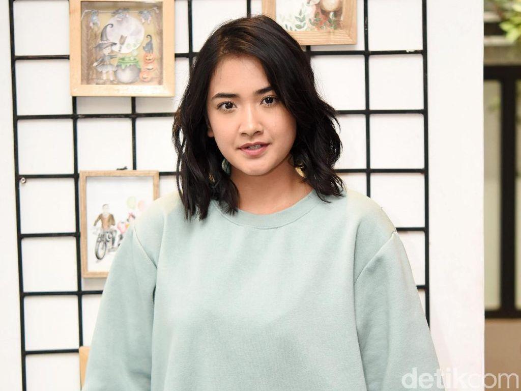 Gaya Nadya Arina dengan Sweater Oversize