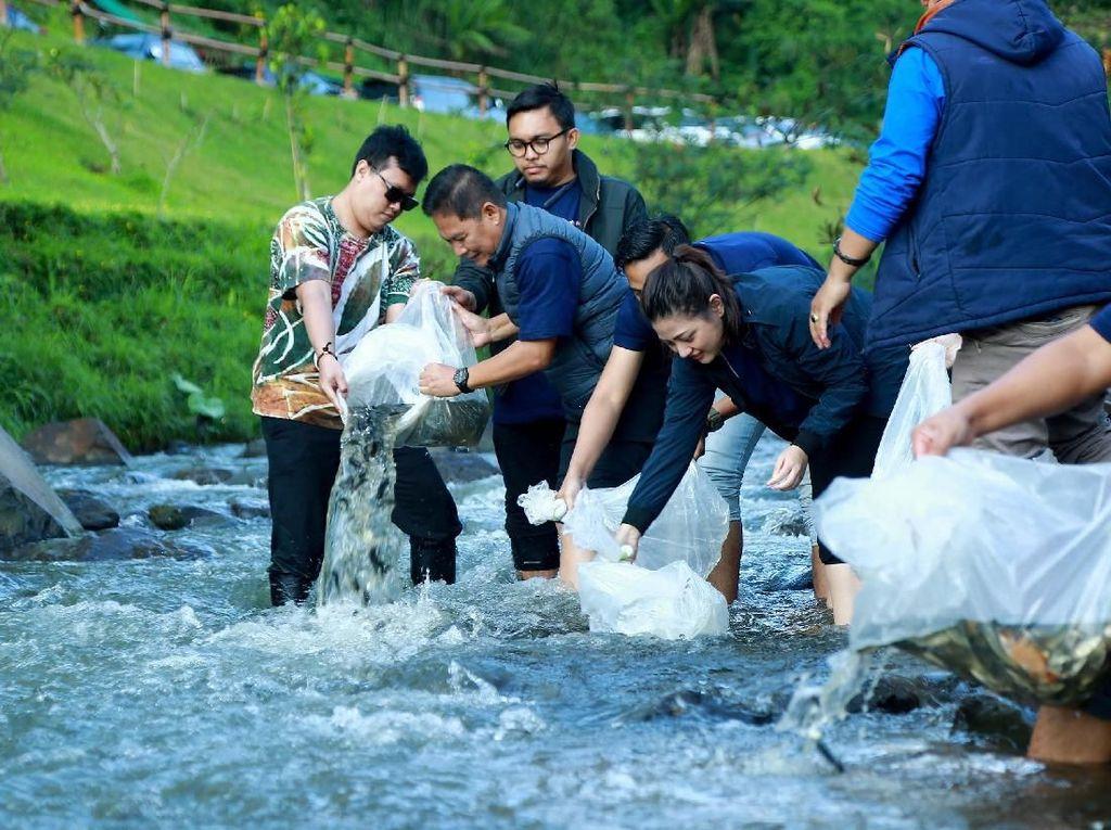 Pelepasan Bibit Ikan di Aliran Sungai Ciloto