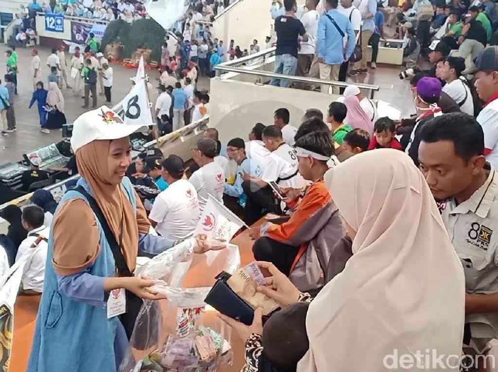 Sandiaga Dapat Uang Saweran Pendukung saat Kampanye di Magetan