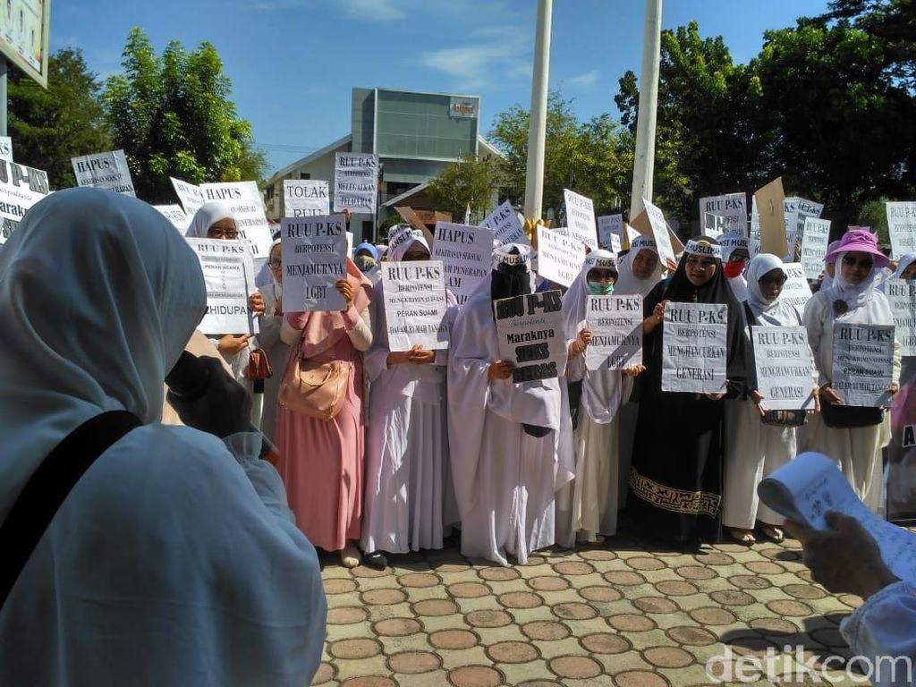 Tolak RUU-PKS, Emak-emak Geruduk DPR Aceh