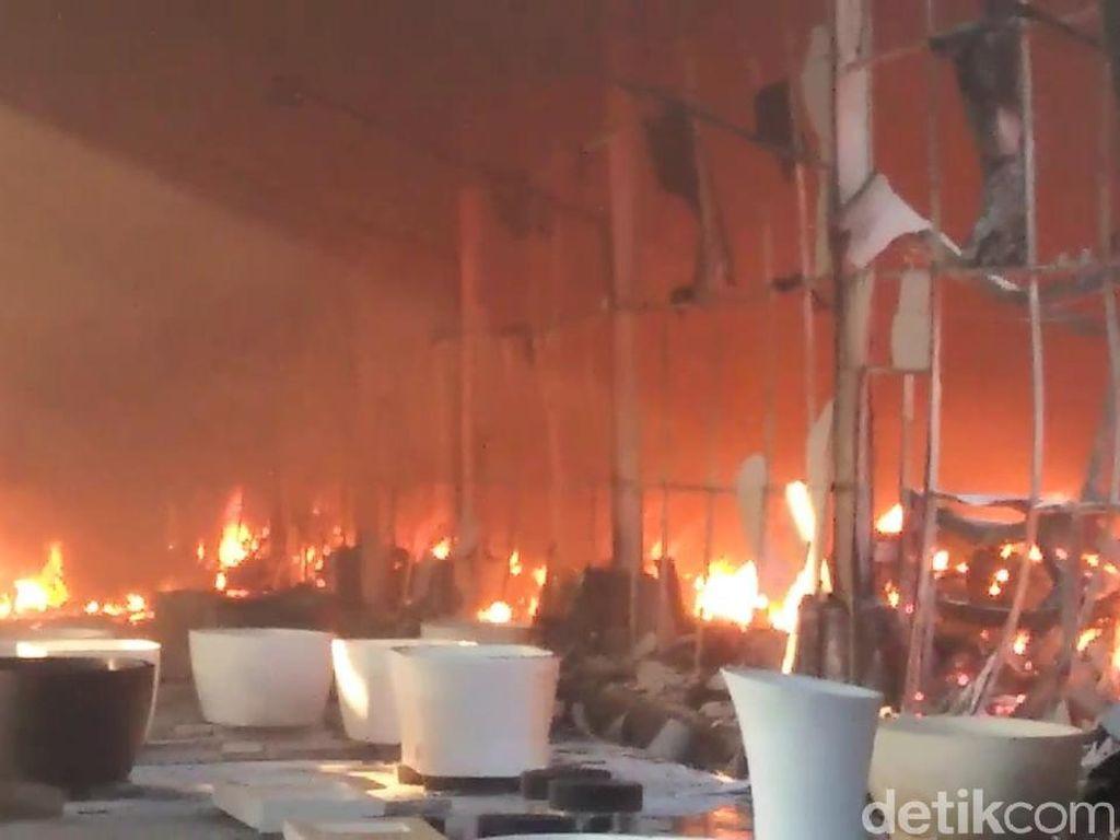 Pabrik Pembuatan Bak Mandi di Pasuruan Terbakar
